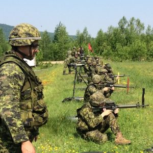 Caporal Shems Gervais du Régiment du Maisonneuve apporte des corrections de tir aux tireurs durant la sélection de tir au BFC Valcartier.
