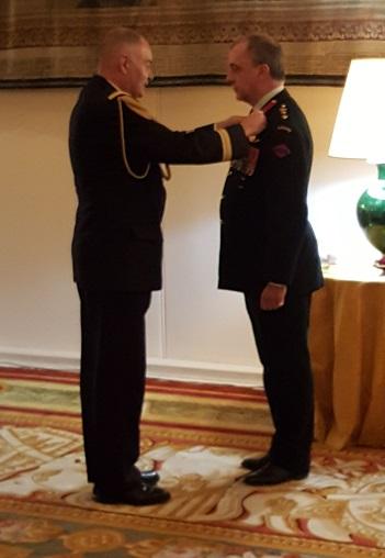 Le colonel Cadour remet la défense nationale au lieutenant-colonel George Petrolekas,  le 28 novembre 2016  à l'Ambassade de France